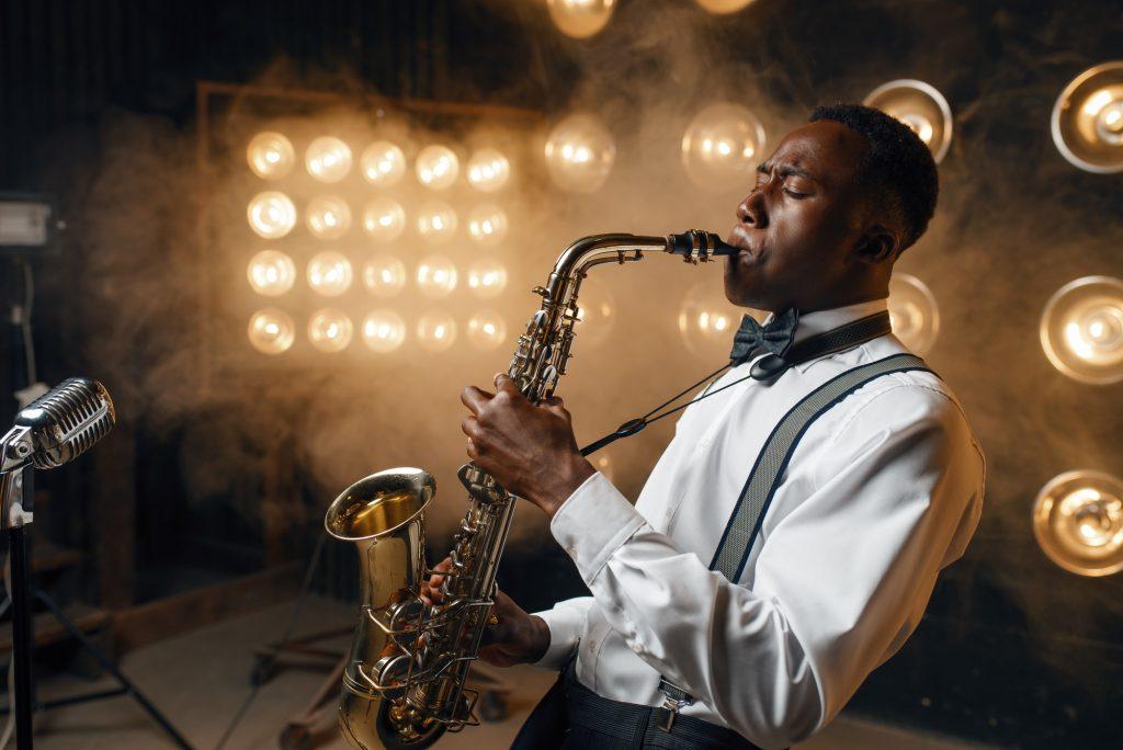 Jazzmusiker spelar saxofon
