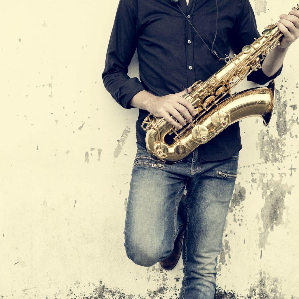 Man håller i saxofon