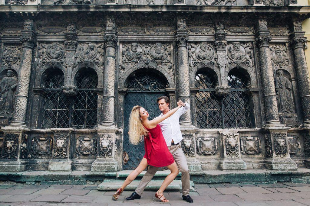Kvinna och man dansar till jazz
