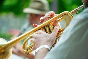Man spelar trumpet